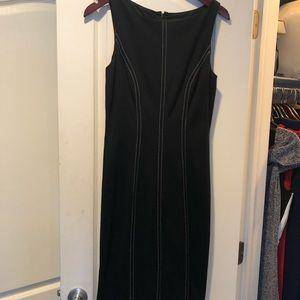 Cache contour black dress with white stitching